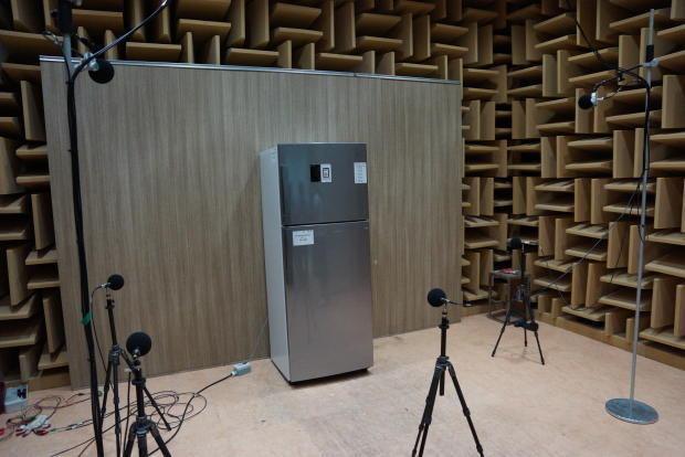 图中是三星在测试电冰箱的噪音数据