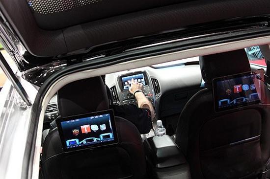 智能汽车成CES最大亮点 过去我们在汽车制造上精益求精,现在汽车业已经进入了对移动性(Mobility)进行重新定义的时代。奥迪总裁鲁伯特-施耐德(Rupert Stadler)这番演讲为今年的美国CES定下了基调。 事实上,今年的CES已经成为智能汽车秀场,传统汽车厂商纷纷拥抱智能手机和移动计算技术,和IT厂商跨界合作,秀出各种汽车智能化产品。 在今年的CES上,可穿戴设备开始突入汽车领域。汽车大佬奔驰推出了与其车型互联的Pebble智能手表,在与汽车配对后,Pebble就可以接收来自汽车的