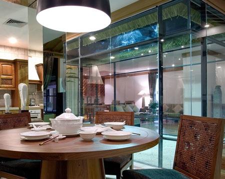 橙色的灯光与落地的玻璃窗交相辉映,这家餐厅的风格定位是怀旧式,和