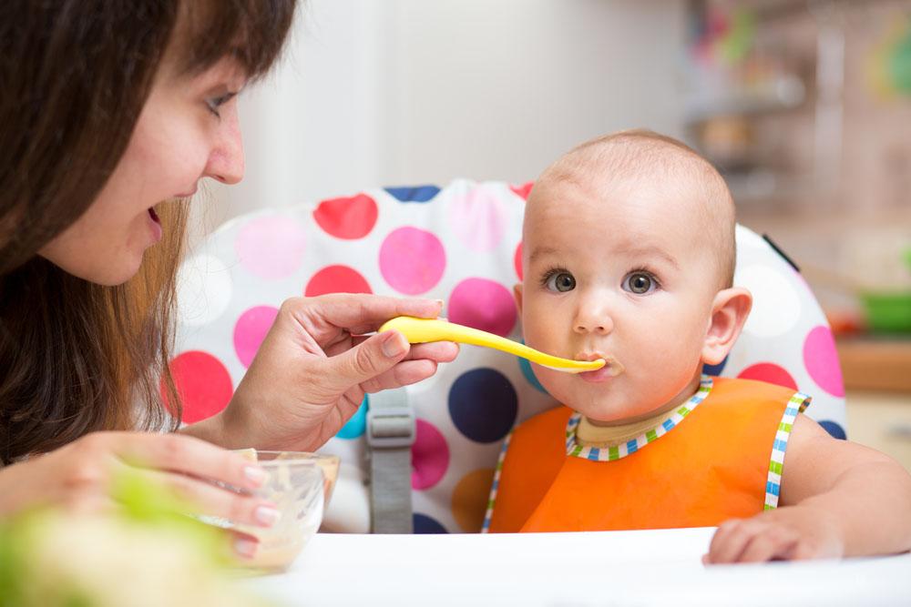 尼尔森最新的调查显示婴幼儿快消品行业在中国保持高两位数增长(18%),在过去一年销售额接近1030亿人民币,显示了这个市场对于制造商和零售商巨大的商业潜力。 为了更好地理解婴幼儿快消品行业中,诸如婴儿食品和尿布等产品的市场趋势以及消费者行为,尼尔森对来自包括中国在内的60个国家的消费者进行了线上调查,这些受访者在过去五年内都曾有过婴幼儿快消品的购买行为。调查洞察了消费者的购买行为以及线上线下资源将有效影响实际购买行为。在中国,单独二孩政策、快速城市化、对国家的强信心都促使消费者采取一种更便利的生活方式,这
