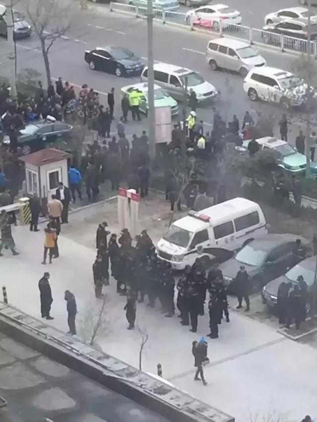 青岛出租司机围攻专车车主致交通拥堵
