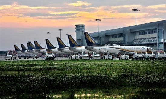12月15日,中国邮政航空公司(以下简称邮航)与波音公司在北京宣布达成了7架波音757购机协议和10架波音737-800飞机客改货协议,成为邮政航空史上最大一笔飞机订单。今年9月,圆通航空在西雅图一口气订购了15架波音737-800(BCF)。 《每日经济新闻》记者注意到,业内人士认为,快递公司密集购机背后,是中国快递行业阶段性发展和竞争的迫切需求。尤其十二五收官在即,2015年中国快递业务量突破200亿单已经没有悬念。 伴随申通快递借壳艾迪西上市方案公布,未来1~2年,多家快递公司都被认为上市在即。这