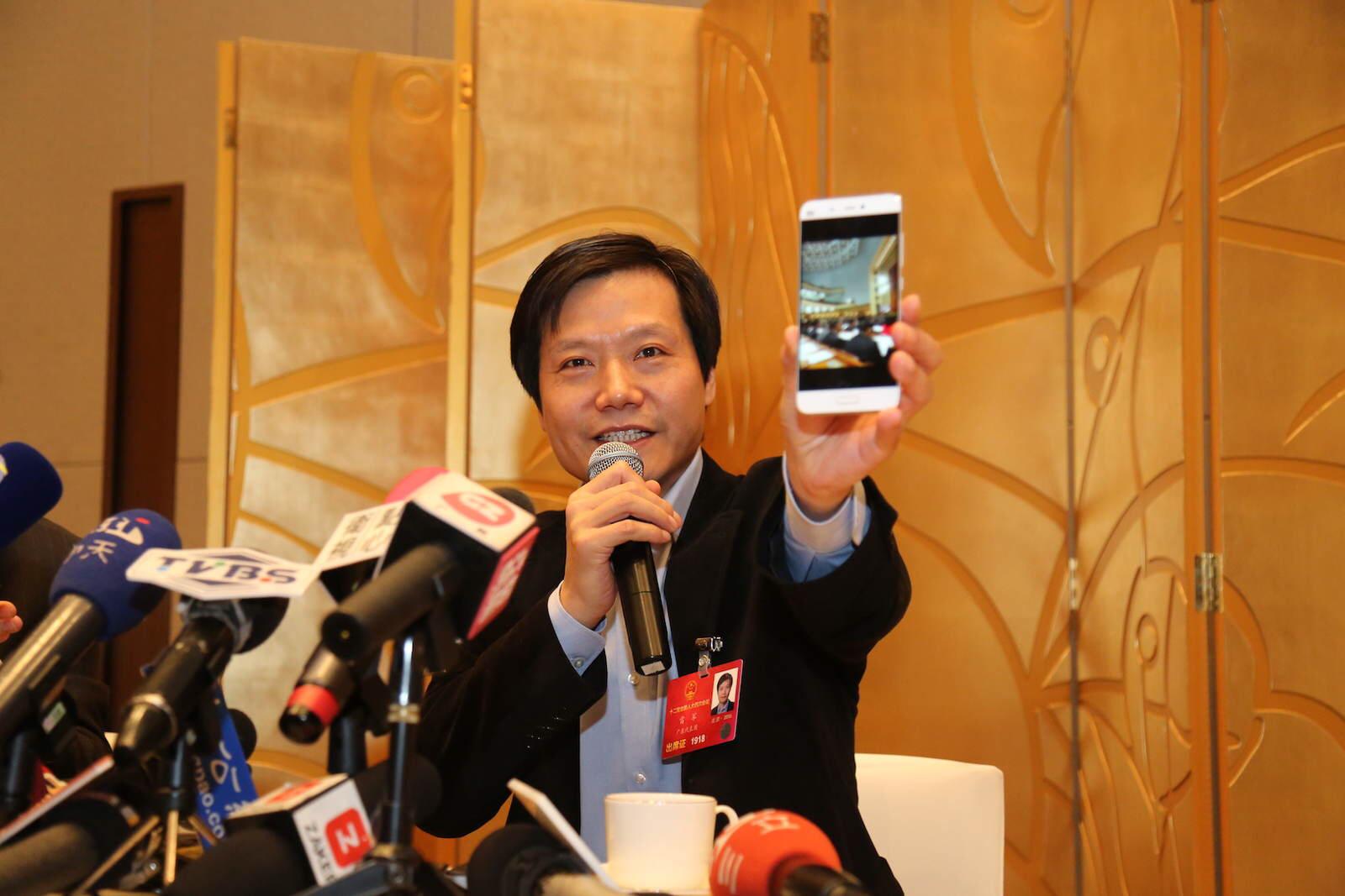 雷军向现场记者展示手机中照片