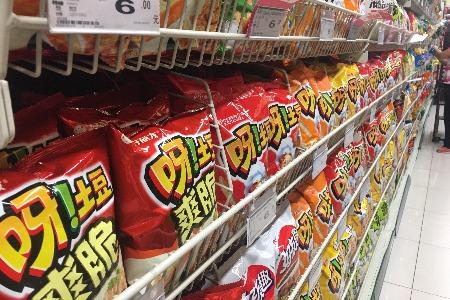"""在超市貨架上 我看到""""打劫""""00后的幾種產品思路"""